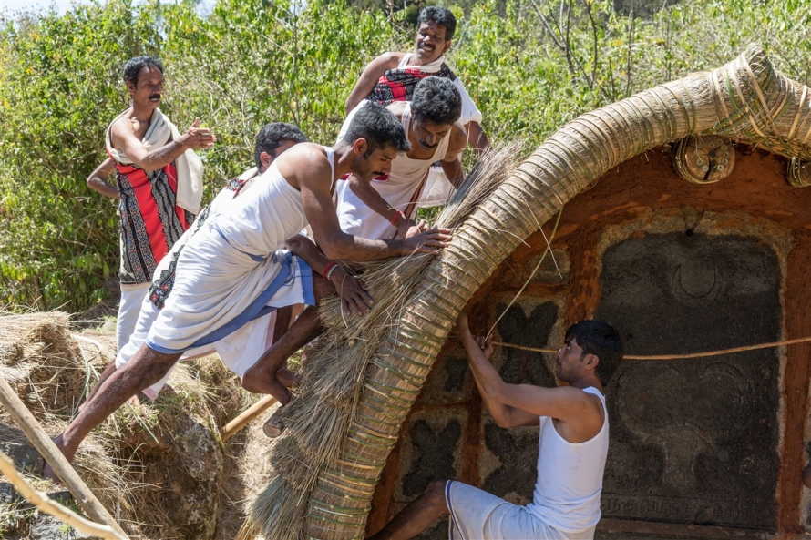 Thatch being attached to the Toda temple