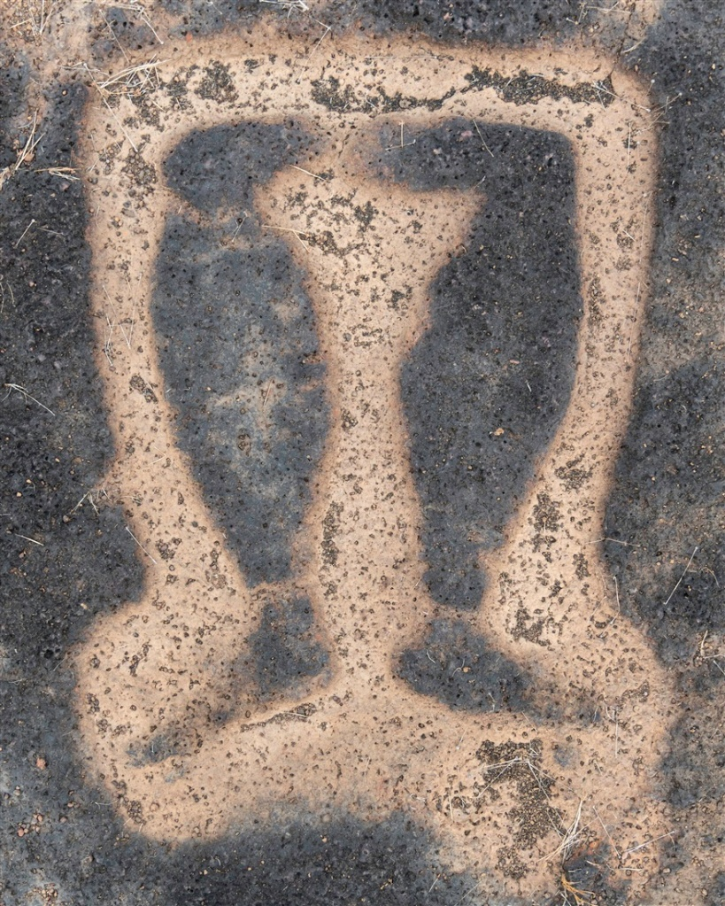 Petroglyph of a pair of legs - Rundhe Tali