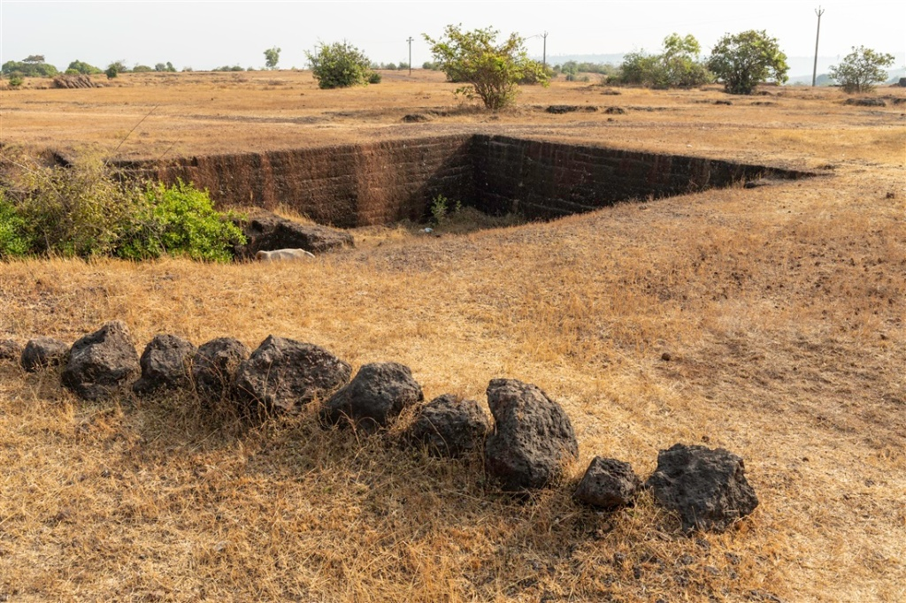 Laterite mining next to iron age burial enclosure